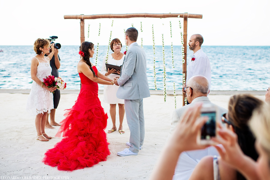 Belize beach wedding at Victoria House. Belize wedding photographers Leonardo Melendez Photography.